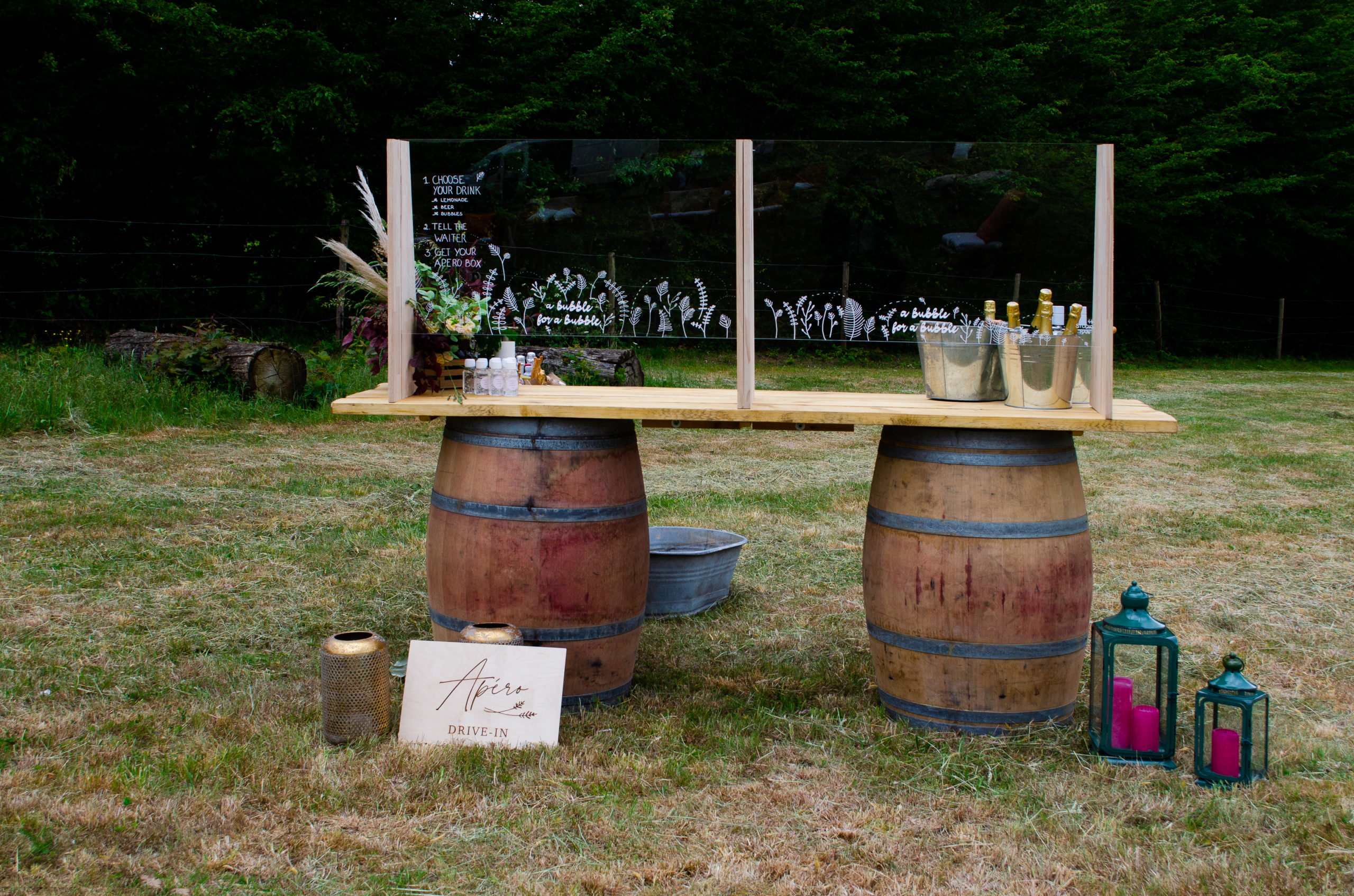Barrel bar met versierde plexiglazen huwelijk
